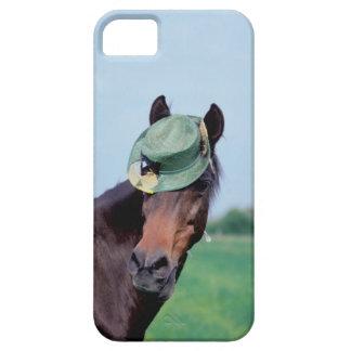 Primer de un caballo que lleva un gorra verde iPhone 5 carcasas