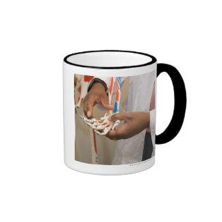Primer de un doctor del estudiante que estudia la  taza de café