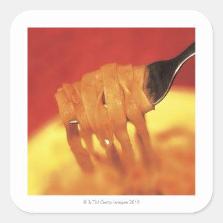 primer de un forkful de las pastas pegatina cuadrada