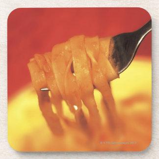 primer de un forkful de las pastas posavasos de bebida