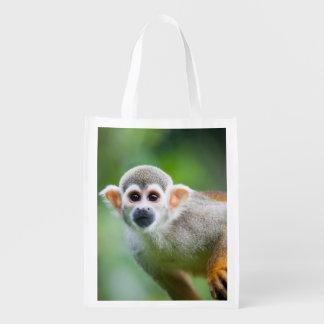 Primer de un mono de ardilla común bolsa para la compra