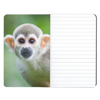 Primer de un mono de ardilla común cuadernos