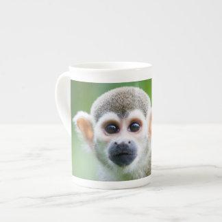 Primer de un mono de ardilla común taza de china