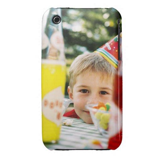 Primer de un muchacho joven (4-6) en un cumpleaños iPhone 3 fundas
