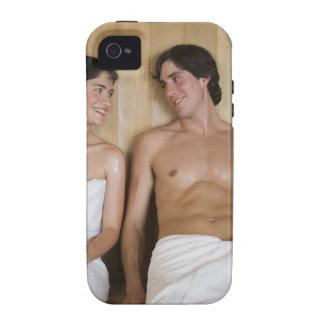 Primer de un par joven que se sienta en una sauna Case-Mate iPhone 4 carcasa