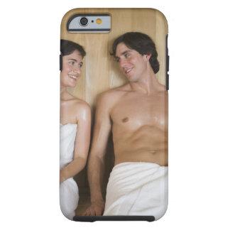 Primer de un par joven que se sienta en una sauna funda para iPhone 6 tough