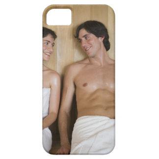 Primer de un par joven que se sienta en una sauna iPhone 5 carcasa