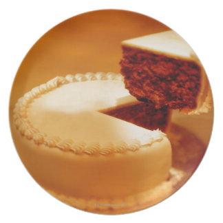 primer de un pedazo del corte de torta que es plato de cena
