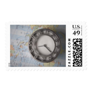 Primer de un reloj delante de un mapa franqueo