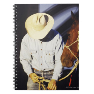 Primer de un vaquero que ata una rienda spiral notebook