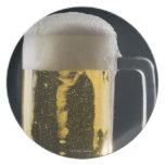 Primer de un vidrio de cerveza platos para fiestas