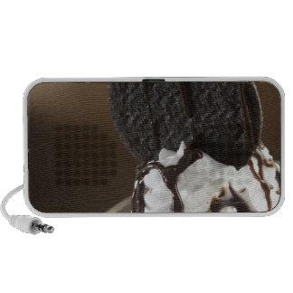 Primer de un vidrio del helado del chocolate portátil altavoces