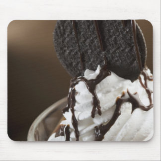 Primer de un vidrio del helado del chocolate alfombrillas de raton