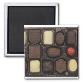 primer de una caja de chocolates clasificados iman de frigorífico