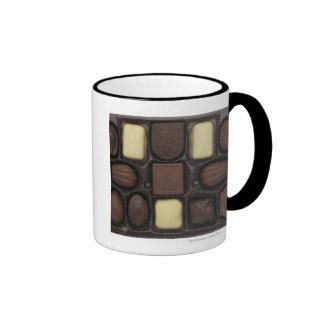 primer de una caja de chocolates clasificados taza