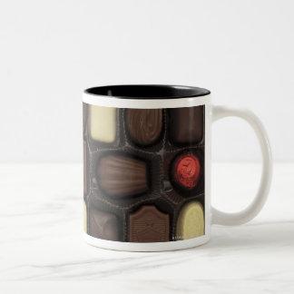 primer de una caja de chocolates clasificados taza de café