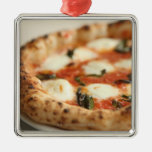 Primer de una empanada de pizza entera adorno cuadrado plateado
