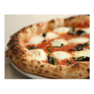 Primer de una empanada de pizza entera postales