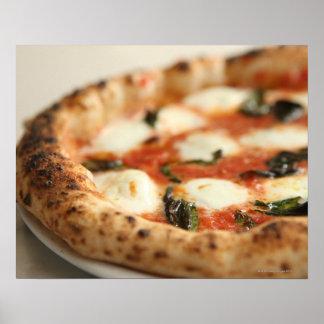 Primer de una empanada de pizza entera póster