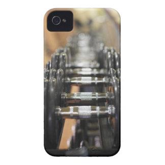Primer de una fila de pesas de gimnasia iPhone 4 Case-Mate fundas