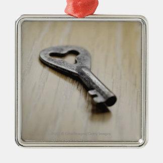 Primer de una llave adorno navideño cuadrado de metal