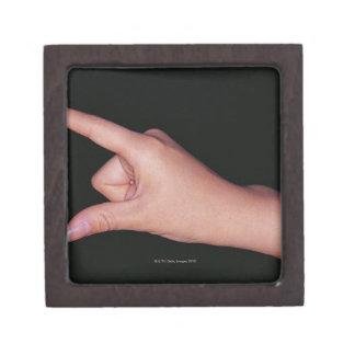 Primer de una mano con el dedo y el pulgar cajas de regalo de calidad