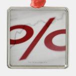 Primer de una muestra de porcentaje en una línea adorno navideño cuadrado de metal