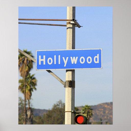 Primer de una placa de calle azul en un lamppost póster