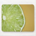 Primer de una rebanada del limón tapete de ratones