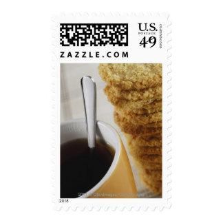Primer de una taza de café con las galletas envio