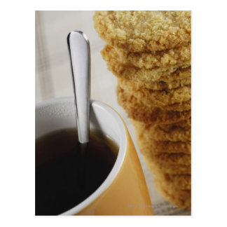 Primer de una taza de café con las galletas tarjetas postales