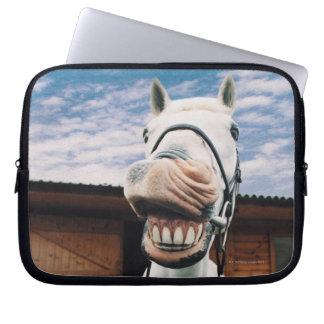 Primer del caballo con la boca abierta fundas ordendadores