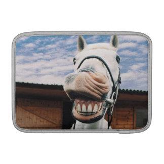 Primer del caballo con la boca abierta funda macbook air