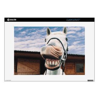 Primer del caballo con la boca abierta portátil skins