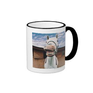 Primer del caballo con la boca abierta taza de café