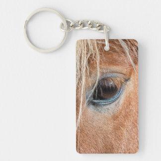Primer del ojo y de la cabeza del caballo islandés llaveros