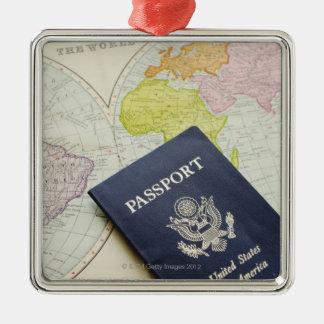 Primer del pasaporte que miente en mapa adorno cuadrado plateado