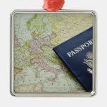 Primer del pasaporte que miente en mapa europeo adorno navideño cuadrado de metal