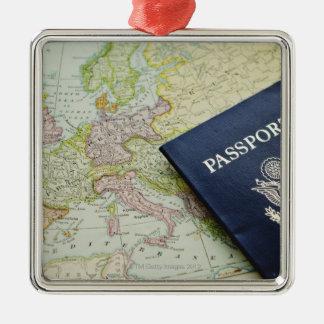 Primer del pasaporte que miente en mapa europeo adorno cuadrado plateado