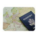 Primer del pasaporte que miente en mapa europeo iman de vinilo