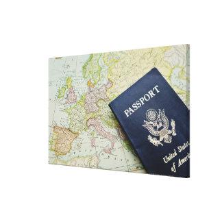 Primer del pasaporte que miente en mapa europeo lona estirada galerias