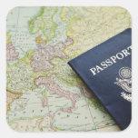 Primer del pasaporte que miente en mapa europeo pegatina cuadradas personalizada