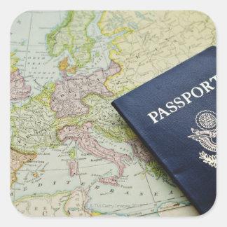 Primer del pasaporte que miente en mapa europeo pegatina cuadrada