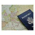 Primer del pasaporte que miente en mapa europeo póster