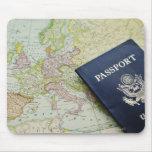 Primer del pasaporte que miente en mapa europeo alfombrillas de ratón