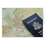 Primer del pasaporte que miente en mapa europeo tarjeta de felicitación