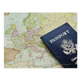 Primer del pasaporte que miente en mapa europeo tarjeta postal