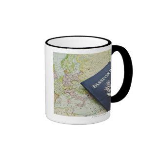Primer del pasaporte que miente en mapa europeo tazas de café