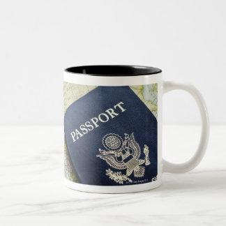 Primer del pasaporte que miente en mapa europeo taza de dos tonos