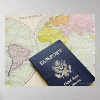 Primer del pasaporte que miente en mapa posters